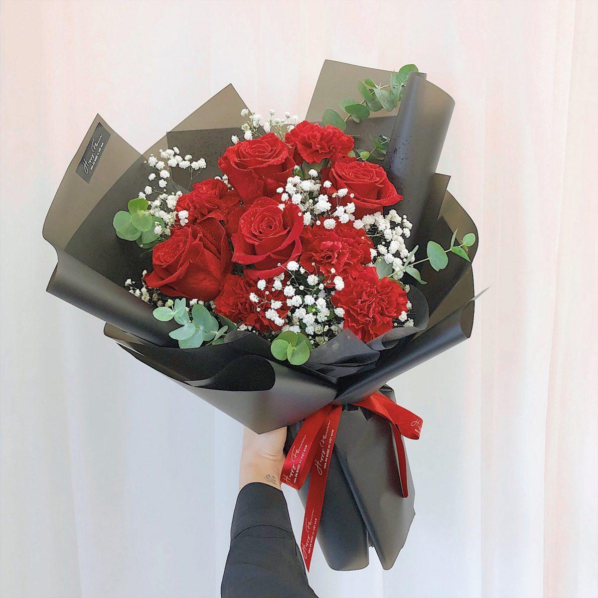 Ảnh có chứa tường, trong nhà, bó hoa, bàn Mô tả được tạo tự động