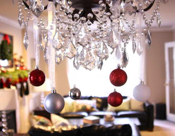 Декор люстры новогодними шарами или гирляндой