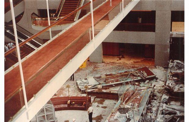Обрушение подвесных галерей вотеле «Hyatt Regency» 17июля 1981 года унесло жизни 114 человек, собравшихся натанцевальную вечеринку. При конструкции галерей был допущен ряд серьёзнейших ошибок скреплениями, накоторые владельцы отеля закрыли глаза. Эта катастрофа считалась самым смертоносным разрушением рукотворного объекта вСША вплоть до11сентября 2001 года.