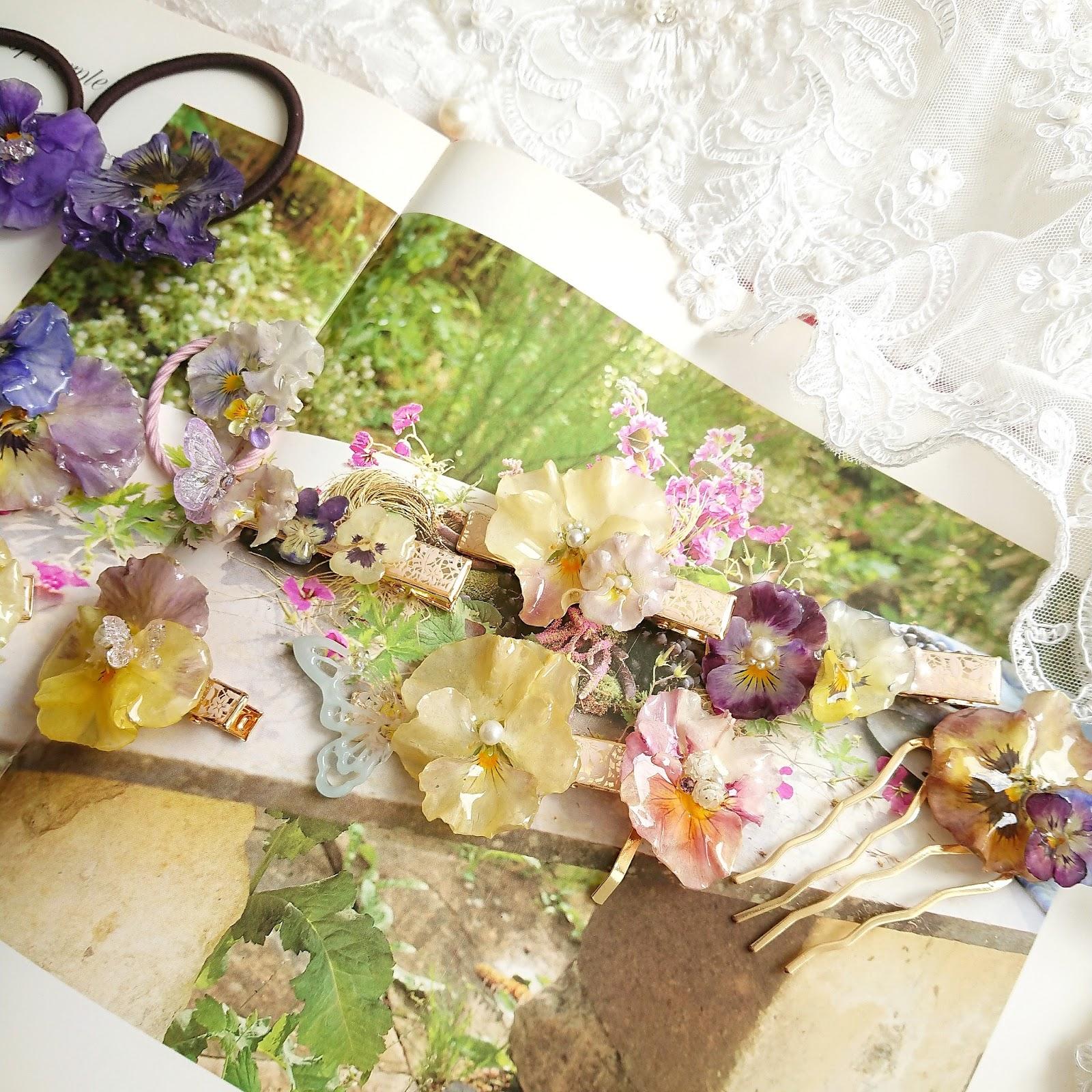 お花のアクセサリーを並べた様子