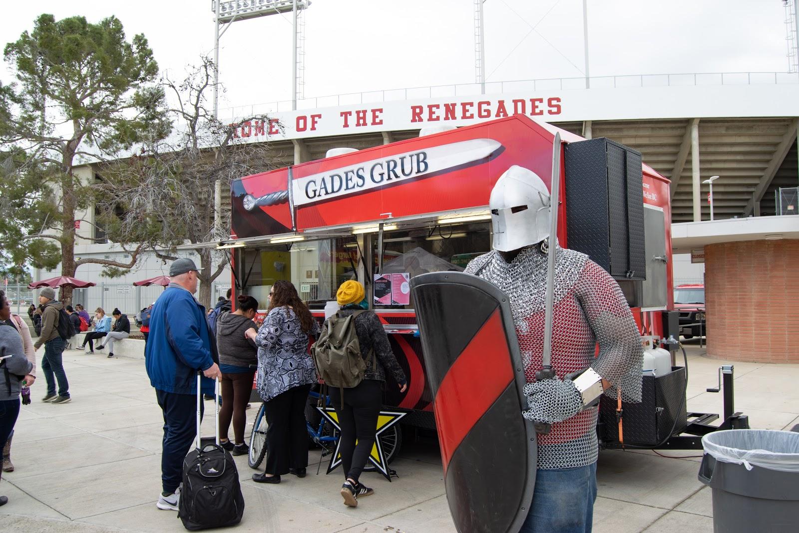 叛徒骑士吉祥物与人在卡车上获得样品。