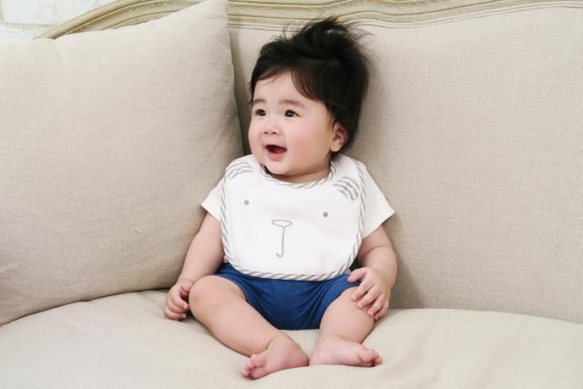 ソファに座る赤ちゃん