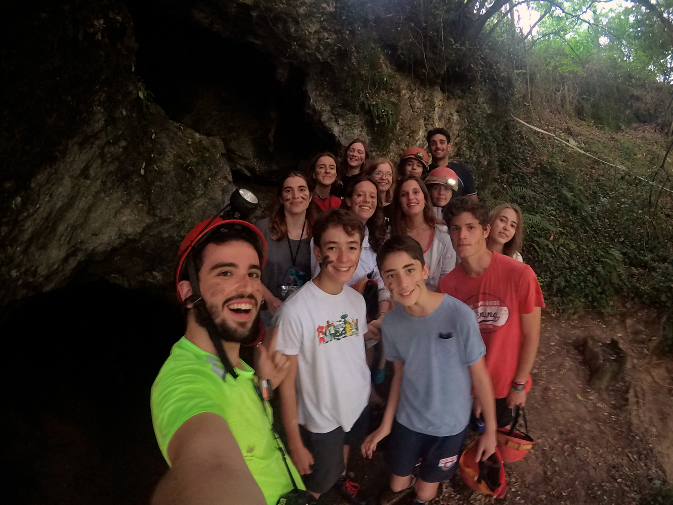 Los participantes mayores del campamento nos hemos ido de espeología por una pequeña cueva en rada por la que nos ha guiado un profesional.