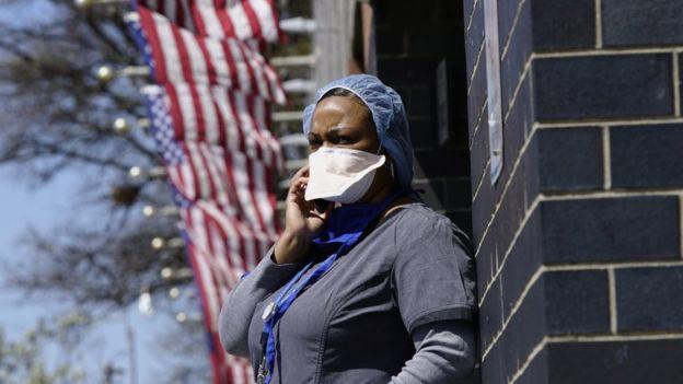 Женщина возле больницы