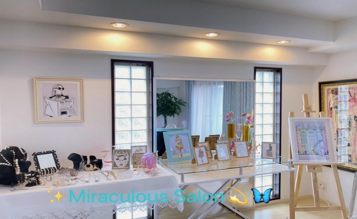 屋内, 天井, テーブル, 窓 が含まれている画像  自動的に生成された説明