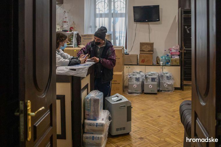 Муж женщины, больной коронавирусом, пишет заявку на кислородный концентратор в офисе благотворительного фонда «Корпорация монстров» в Одессе, 26 ноября 2020 года. Сейчас в Украине работают два фонда, которые занимаются активной кислородной поддержкой людей, больных коронавирусом. Это БФ «Свои» (Киев) и «Корпорация монстров» (Одесса)