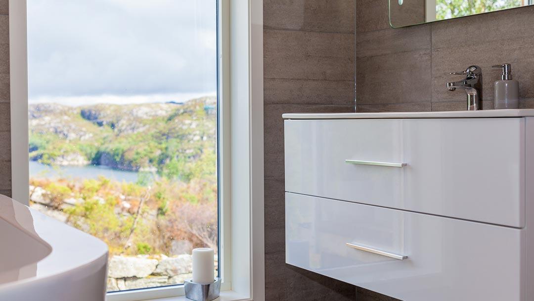 Bilde av et bad med utsikt utover den vakre fjæra, byggefirma som utfører bad, byggefirma i Bergen