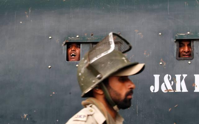 Manifestantes em camburão da polícia