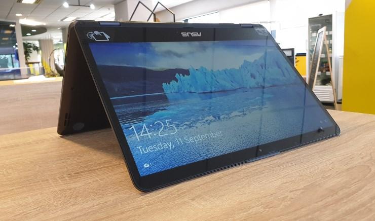 Laptop bisa dilipat sesuai kebutuhan (Foto: Bambang - Gizmologi.ID)