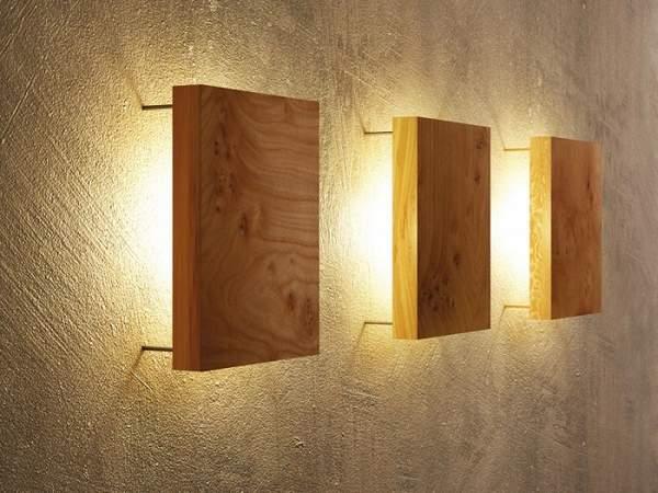 Необычная форма светильника из деревянных брусков.