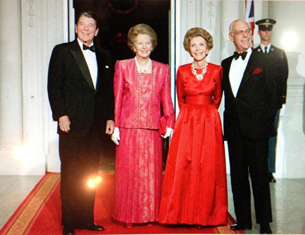 988年11月16日,雷根總統伉儷問候他們的好朋友英國首相撒切爾夫人伉儷。(Juliet Zhu/大紀元,圖片來源:Ronald Reagan Presidential Library)