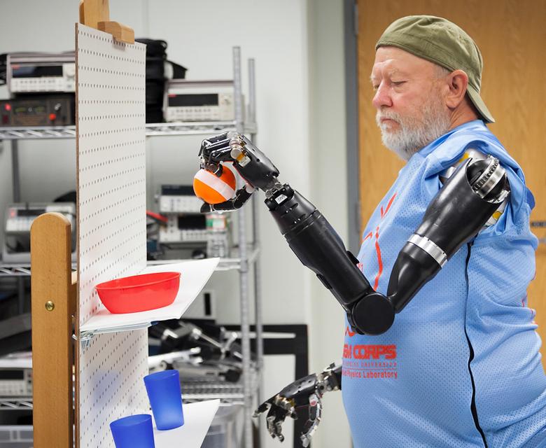 Ле Боуг (Les Baugh) потерял в аварии обе руки, а теперь управляет двумя роботизированными благодаря специалистам из университета Джона Хопкинса (фото: jhuapl.edu).