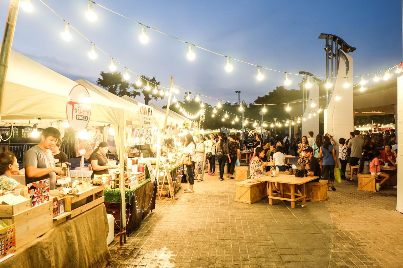 Bangkok street food vendors allow tourists to experience local cuisine