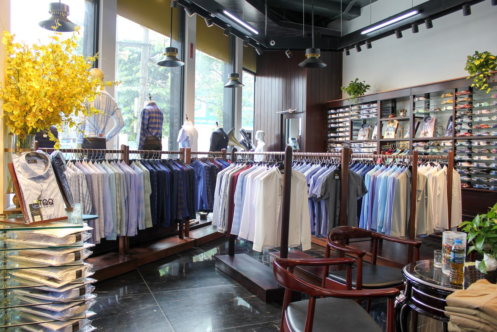 Cửa hàng TQQ bày bán đa dạng các mẫu áo sơ mi nam trơn, đa dạng lựa chọn cho khách hàng