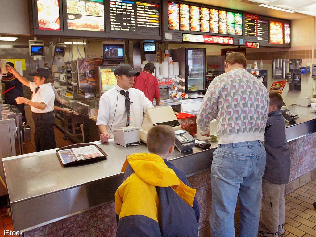 Làm thêm ở quán ăn nhanh là công việc phổ biến cho du học sinh