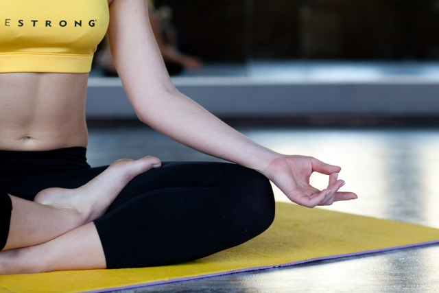 ヨガ 瞑想 手