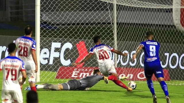 Marco Túlio mandou a bola por baixo do goleiro Douglas