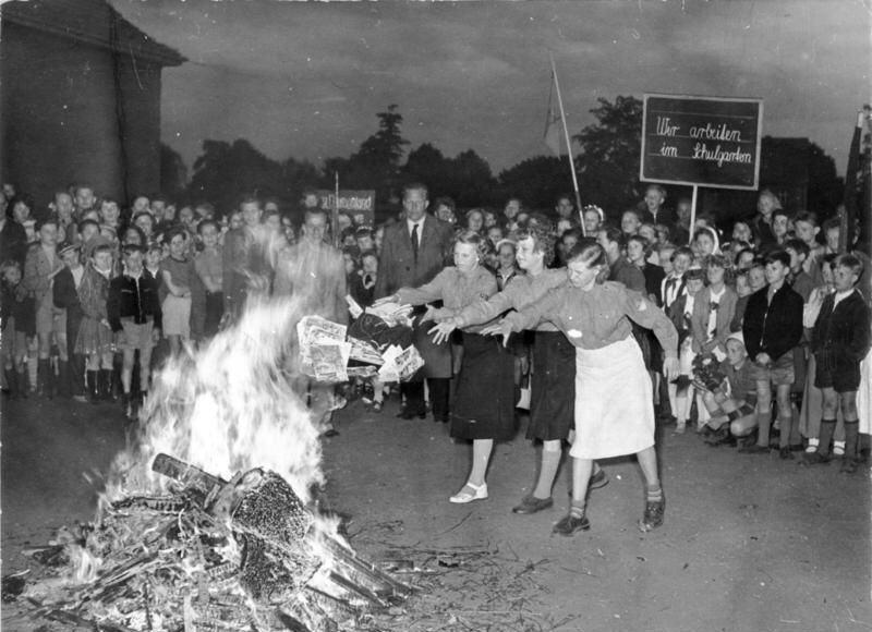 População queima livros em Praça pública na Alemanha Nazista.