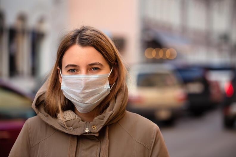 mujer cubrebocas coronavirus calle