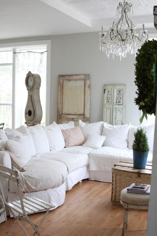Sofa dengan slipcovers ala interior shabby chic - source: pinterest.com