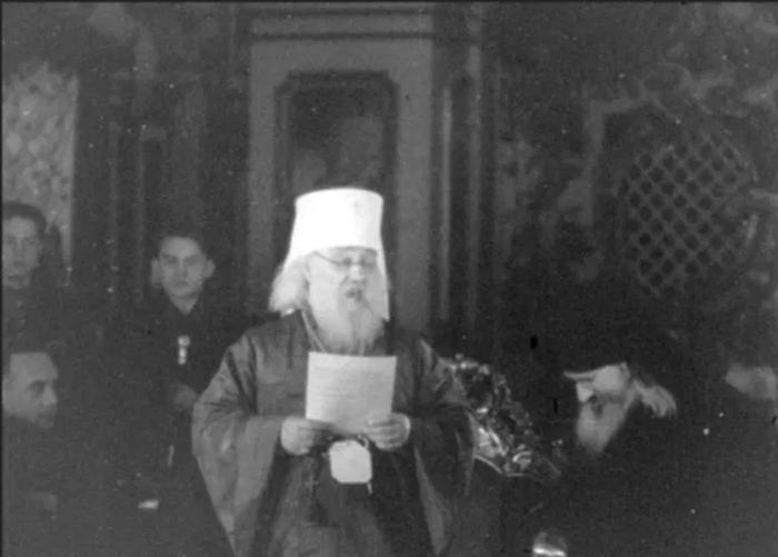 Екзарх України Іоан зачитує учасникам Собору телеграму Патріарха московського і всієї Русі Алексія. 9 березня 1946 року - фото 67951