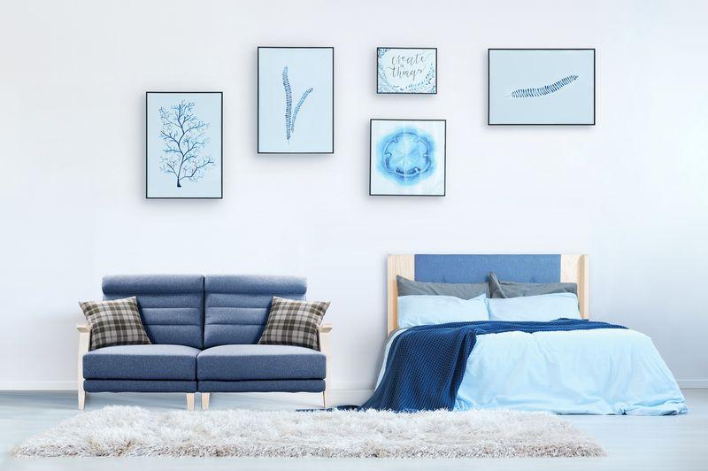 臥室配色以淡藍色系為主題並完美融合軟裝設計讓房間擁有充滿活力的氛圍