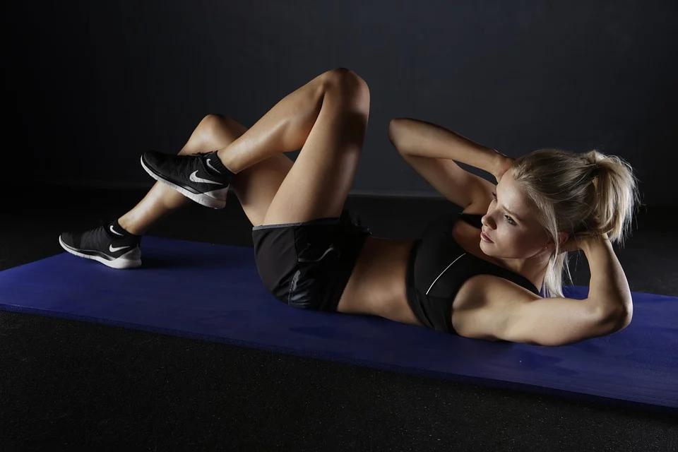 Mujer haciendo ejercicios abdominales en casa