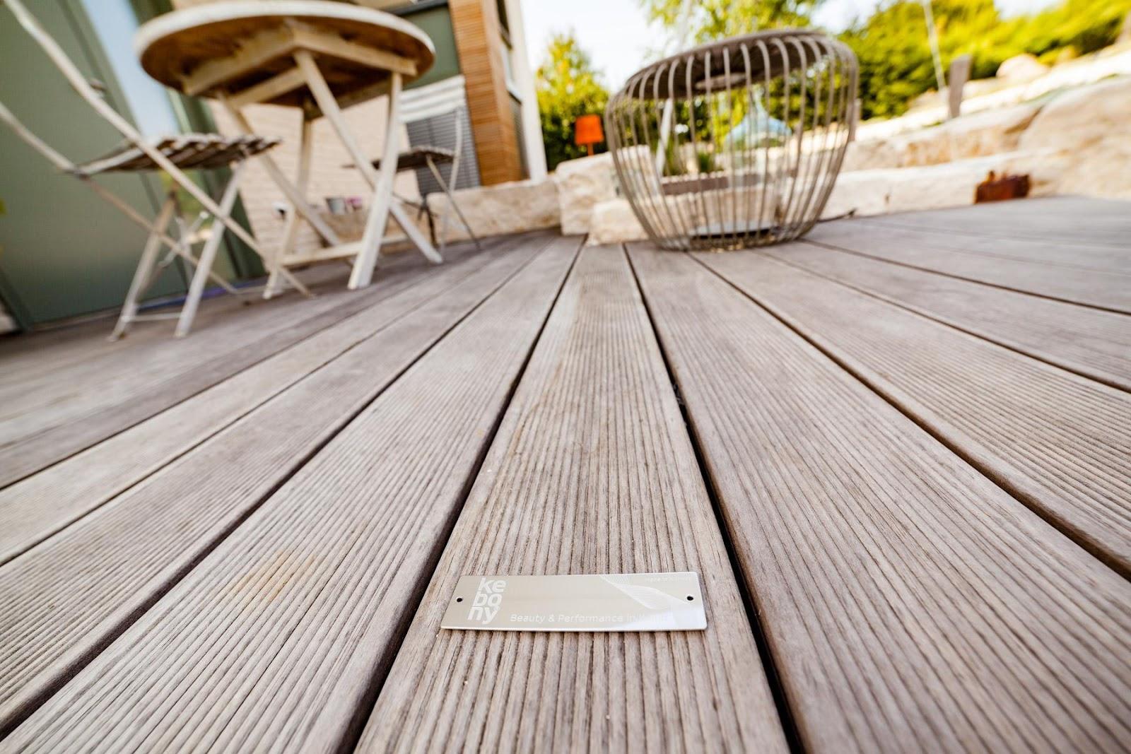 Choisissez la qualité : Si vous choisissez des matériaux de bonne qualité, vous économiserez beaucoup d'entretien inutile plus tard. Les lames de terrasse de Kebony ne nécessitent aucun entretien autre qu'un lavage régulier.