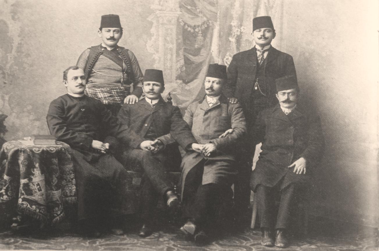 C:\Users\Engjell\Desktop\K.ARSIMOR.ENGJELLI\At Gjergj Fishta, kryetar i Komisionit të Alfabetit, mbajtur në qytetin shqiptar të Manastirit më 1908. Kel Marubi.jpg