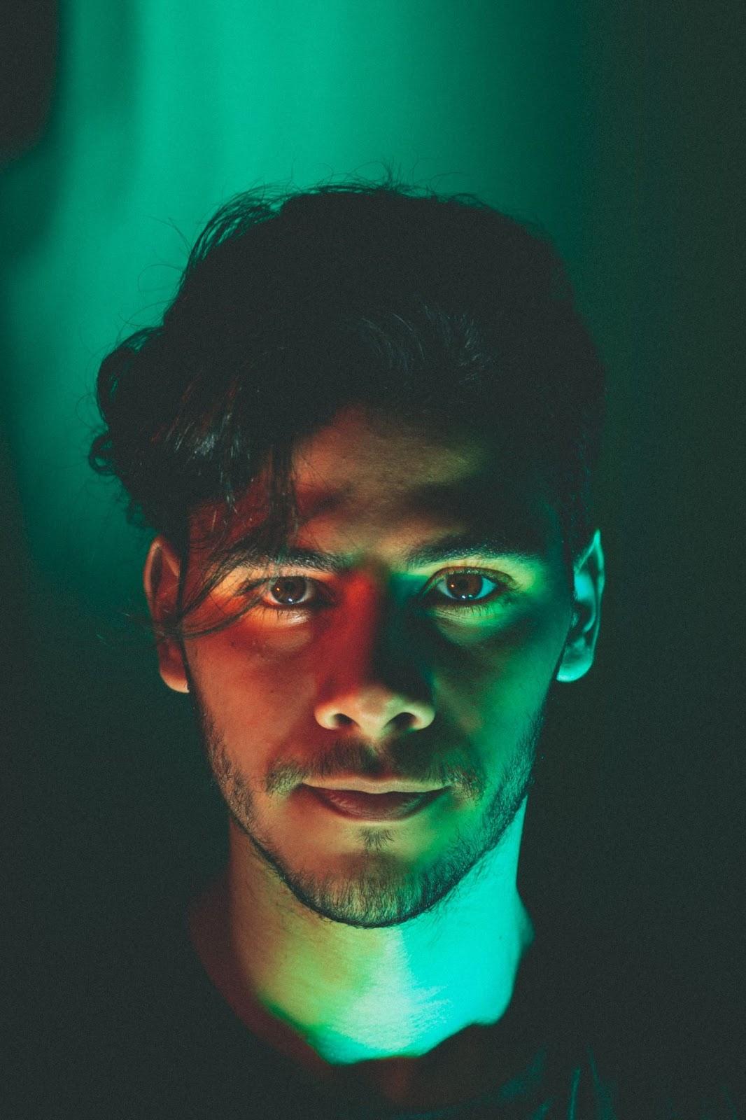 Foto de um homem com luz verde