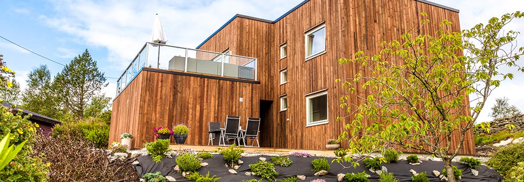 et flott hus i naturlig treverk, hus av tre, moderne hus, arkitekt, arkitektdesignet hus i Bergen