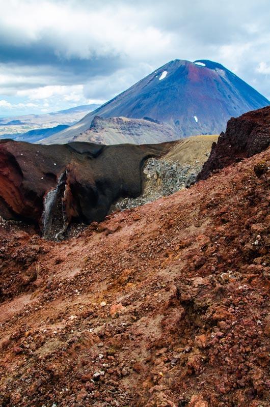 Pohled přes Červený kráter na Horu osudu.