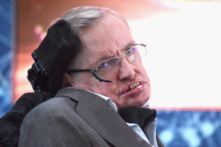 Giáo sư Stephen Hawking nhiều lần cảnh báo về những nguy cơ gắn liền với AI.