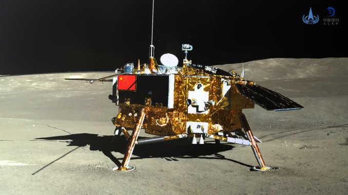На снимке, сделанном марсоходом Юту-2 (Jade Rabbit-2) 11 января 2019 года, показан спускаемый аппарат зонда Chang'e-4. Китай объявил в пятницу, что миссия Chang'e-4, в ходе которой была осуществлена первая в истории мягкая посадка на обратной стороне Луны, была полным успехом.