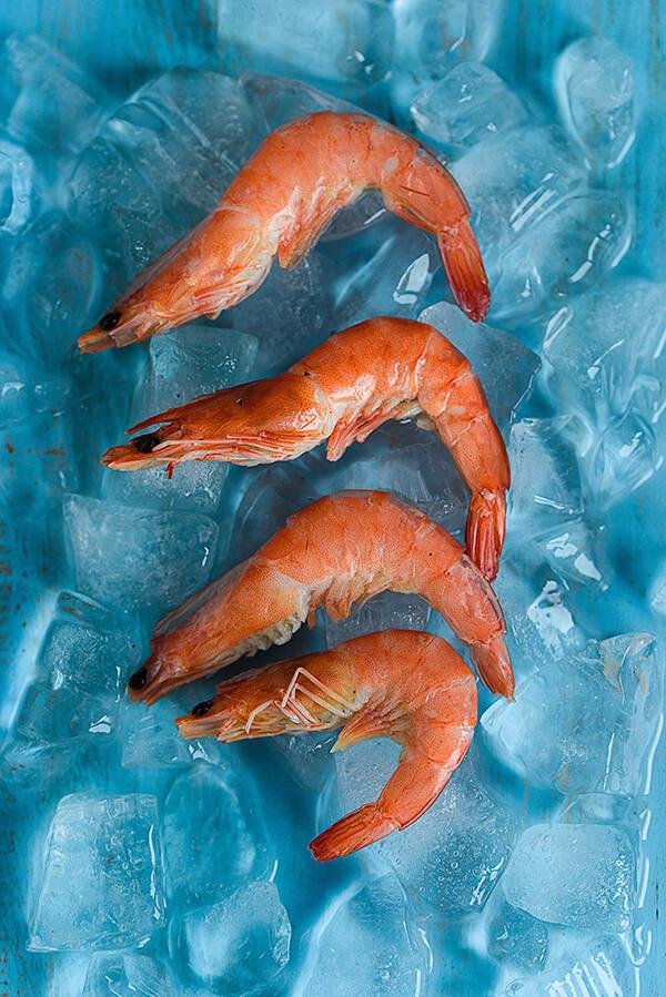 最簡單的料理方式就是汆燙,煮熟後立即放入冷/冰水中讓蝦身快速收縮,過水即可拿起。