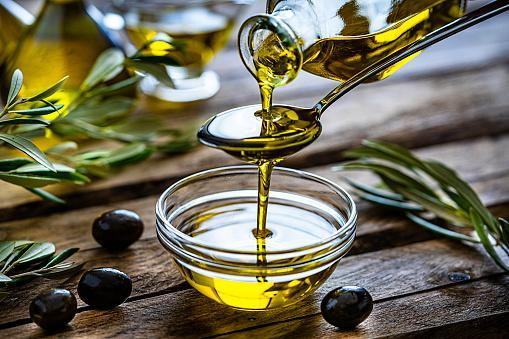 https://media.istockphoto.com/photos/pouring-extra-virgin-olive-oil-in-a-glass-bowl-picture-id1206682746?b=1&k=6&m=1206682746&s=170667a&w=0&h=dsezG2uW9vwOT_fpVN85Jivo6X8_-RawzCRGA1kME0Q=