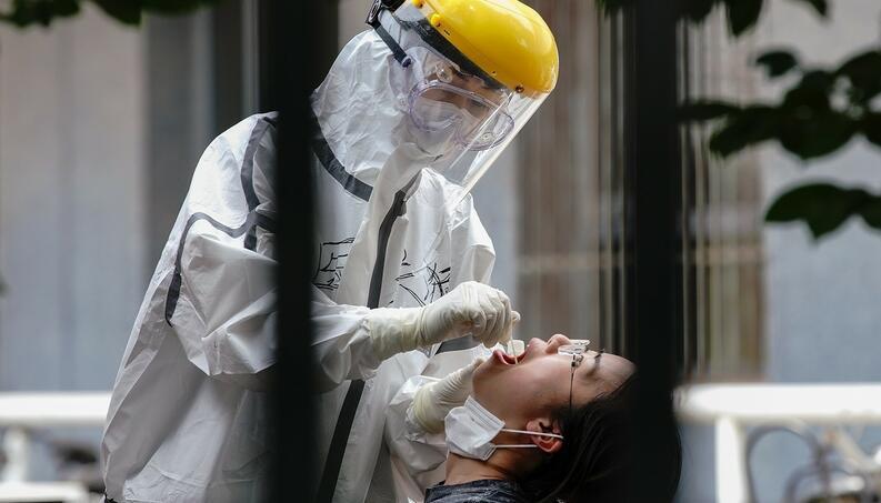 personal de salud realiza prueba de coronavirus beijing china junio 16 2020 1220292452