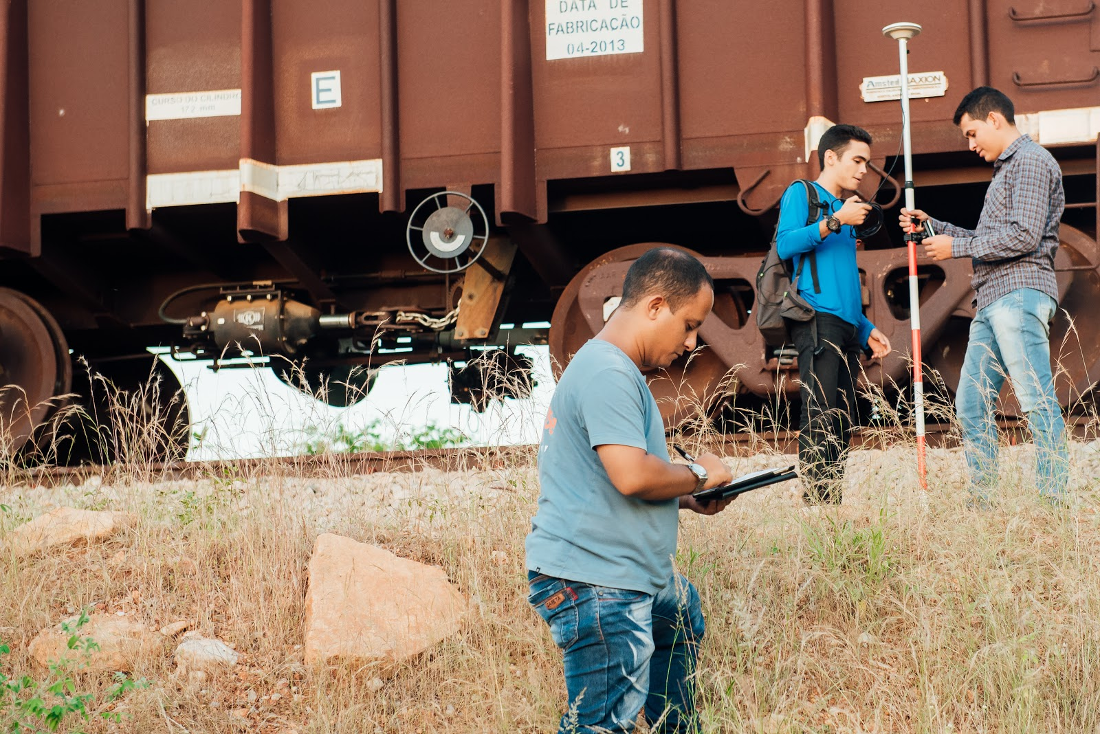 Colaboradores realizando levantamento em terreno com Sistema RTK