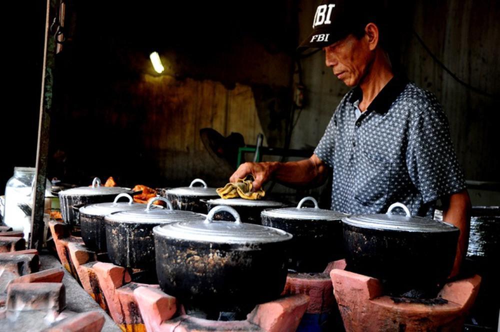 Nấu cơm bằng bếp củi, bếp than rất mất thời gian