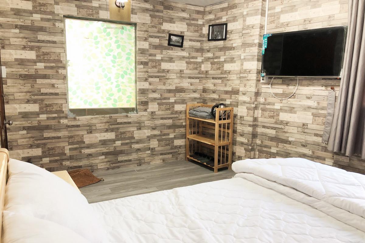 Ấn tượng với bức tường trang trí độc đáo của mẫu phòng ngủ biệt thự