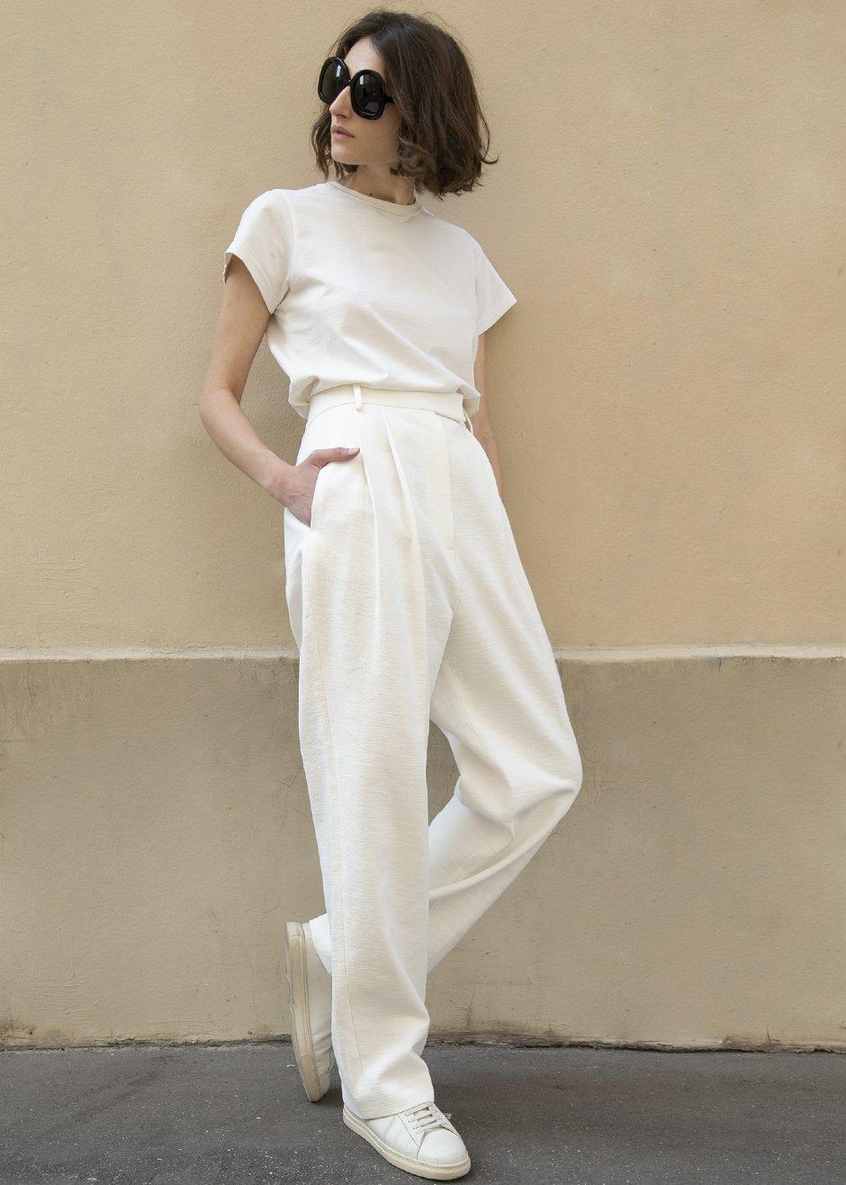 3. ใส่เสื้อยืดสีขาวกับกาวเกงขายาวสีขาว
