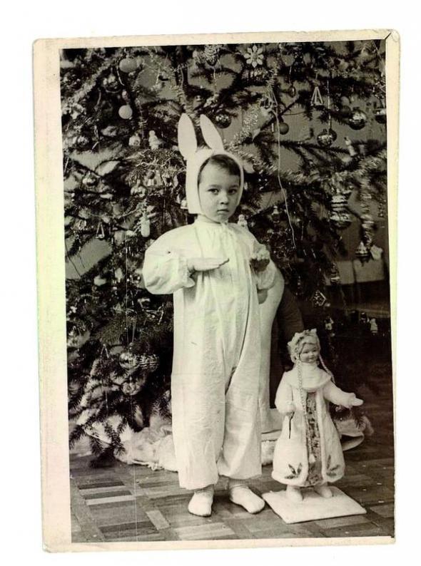 Георгій Тука ходив у дитсадок на столичній вулиці Анрі Барбюса, 5. На фото 1966 року грає Зайчика уноворічній виставі