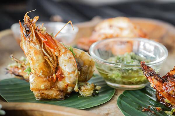 整尾蝦快速油炸後再以蒜蓉爆香快炒,是台灣人最愛的蝦料理之一。