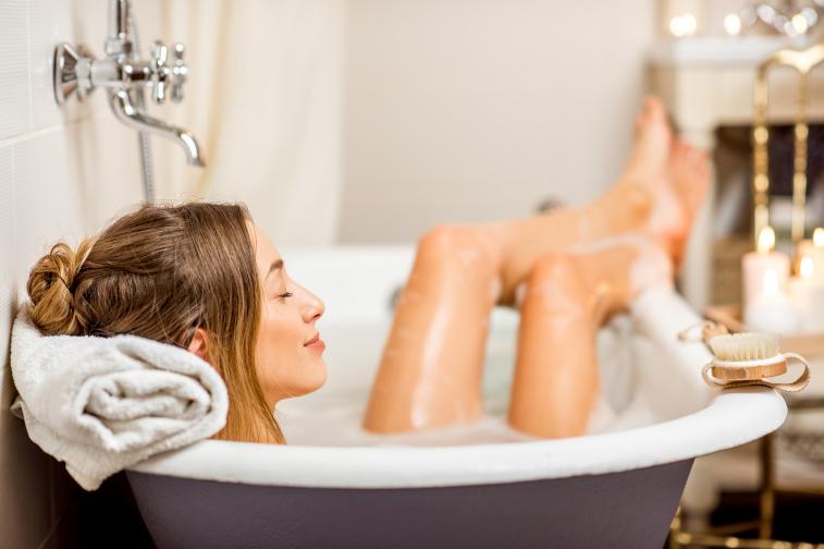 Single Frau liegt am Valentinstag in der Badewanne