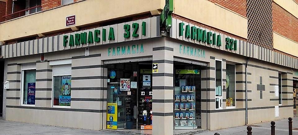 A imagem mostra um ponto comercial para farmácia numa esquina da Espanha.