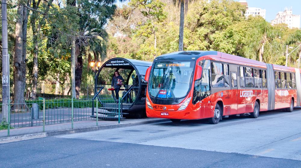 Curitiba é a primeira cidade do Brasil a usar IA para monitorar o distanciamento social em terminais de ônibus. (Fonte: Shutterstock)