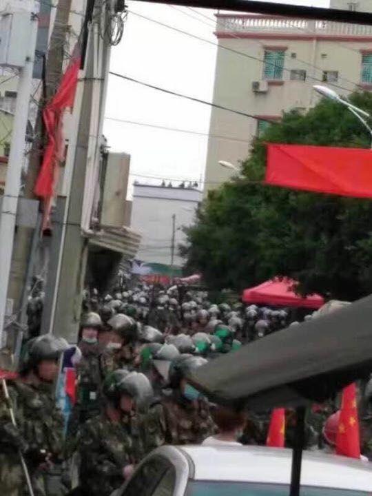 坎事件发酵再爆冲突 老妇举国旗挡军警