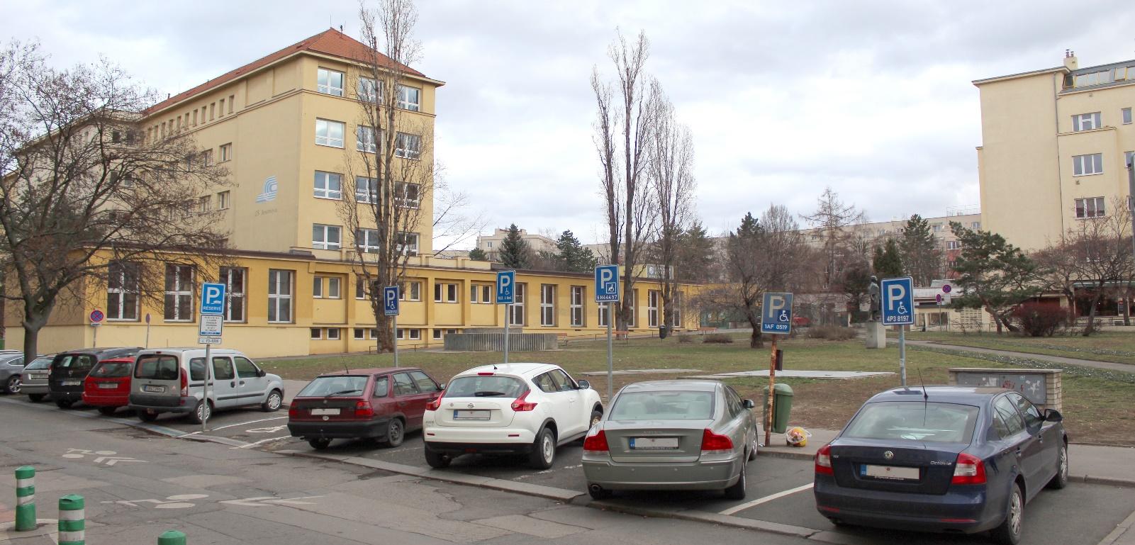 Současný stav parčíku na rohu ulic Jeseniova a Želivského