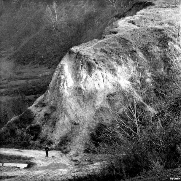 Часть Бабьего Яра. Это место нацисты выбрали как фактически готовую могильную яму. Когда люди приближались к оврагу, нацисты и местные добровольные помощники приказывали им раздеваться. Евреев окружали люди с собаками и группами по десять подгоняли к краю обрыва. Как вспоминает одна из немногих, кто выжил, только в тот момент она поняла, что их сейчас убьют