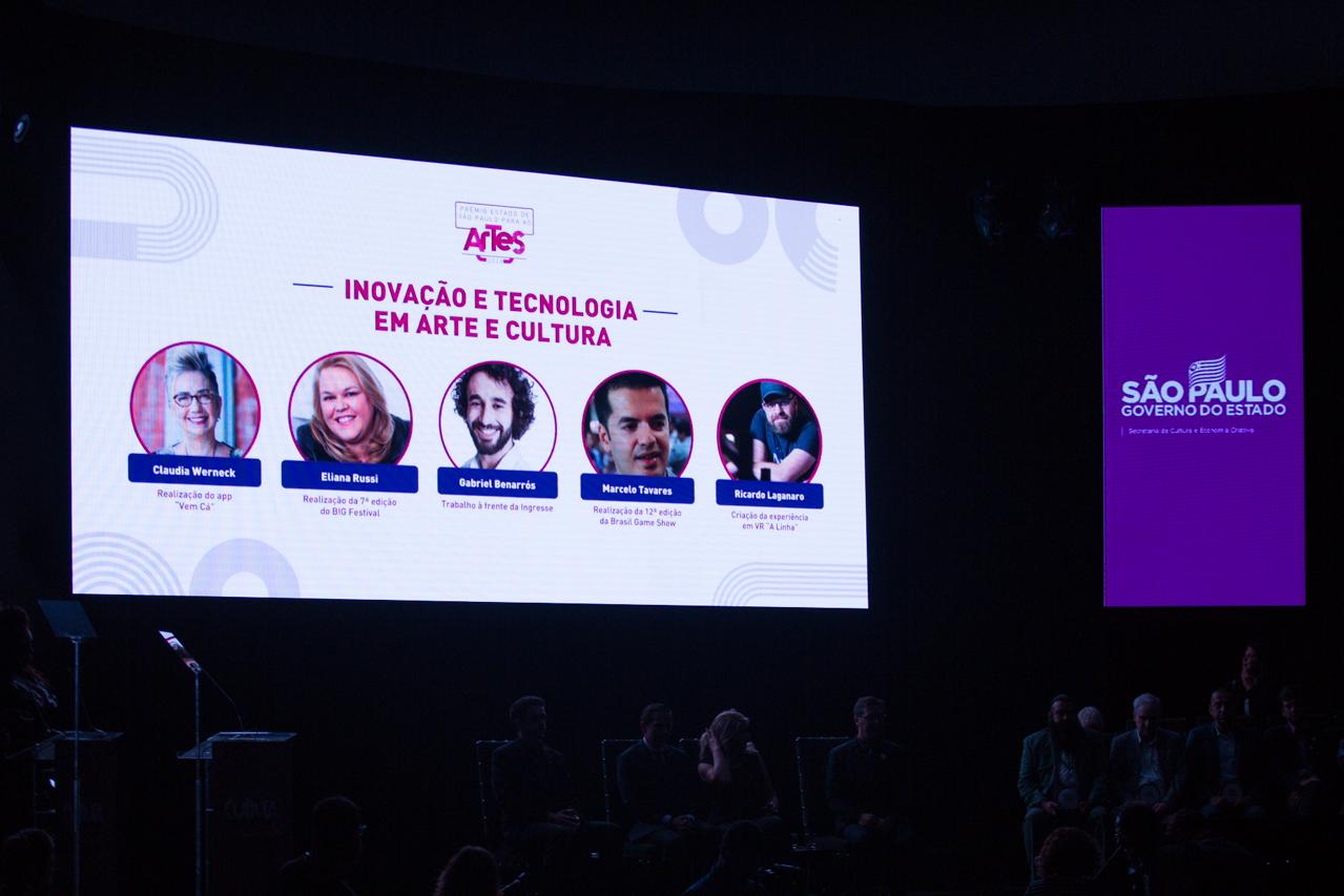 Telão exibe os indicados na categoria inovação e tecnologia para a cultura.